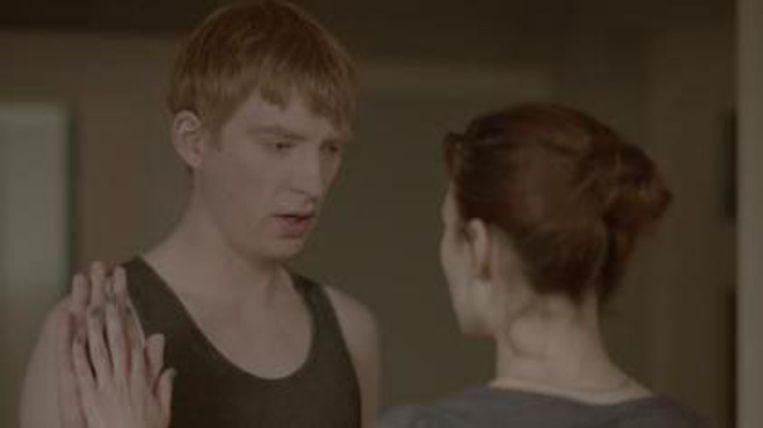 In de aflevering 'Be Right Back' van de serie Black Mirror houdt een weduwe contact met haar overleden geliefde via een service die hem nabootst op grond van al zijn uitingen op sociale media.  Beeld
