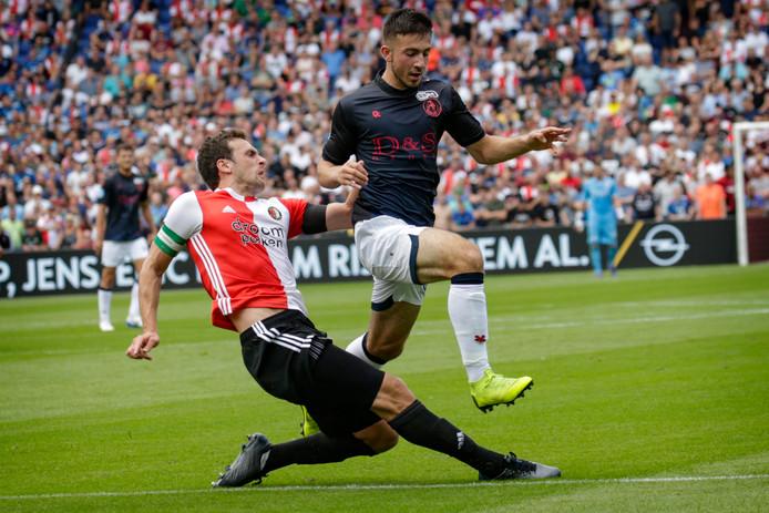 Dervisoglu in duel met Feyenoord-speler Eric Botteghin.
