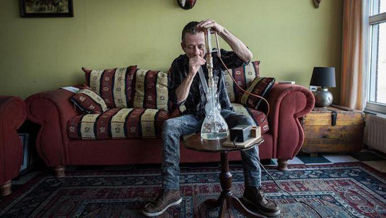 Hillebrand is een hiv-patiënt die cannabis nodig heeft om misselijkheid en braken tegen te gaan. Beeld Mats van Soolingen