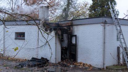 Schoorsteenbrand zet achterbouw in vuur