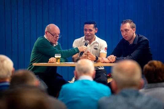 John Kaersenhout (midden) en Marco Willems (r);  de trainers van Eldenia en SC Westervoort/AVW'66. Links sportcafé-presentator Han Dreuning.