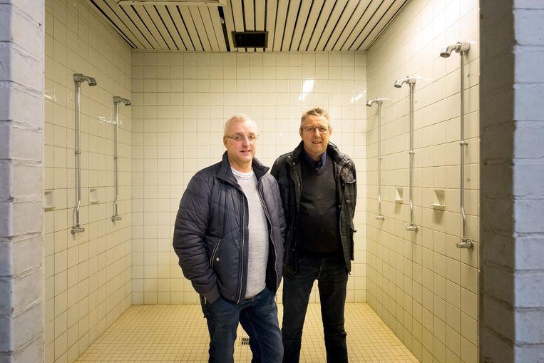 Voorzitters Luc Daans en Jef Coppens in de verouderde doucheruimte van KFC Putte.