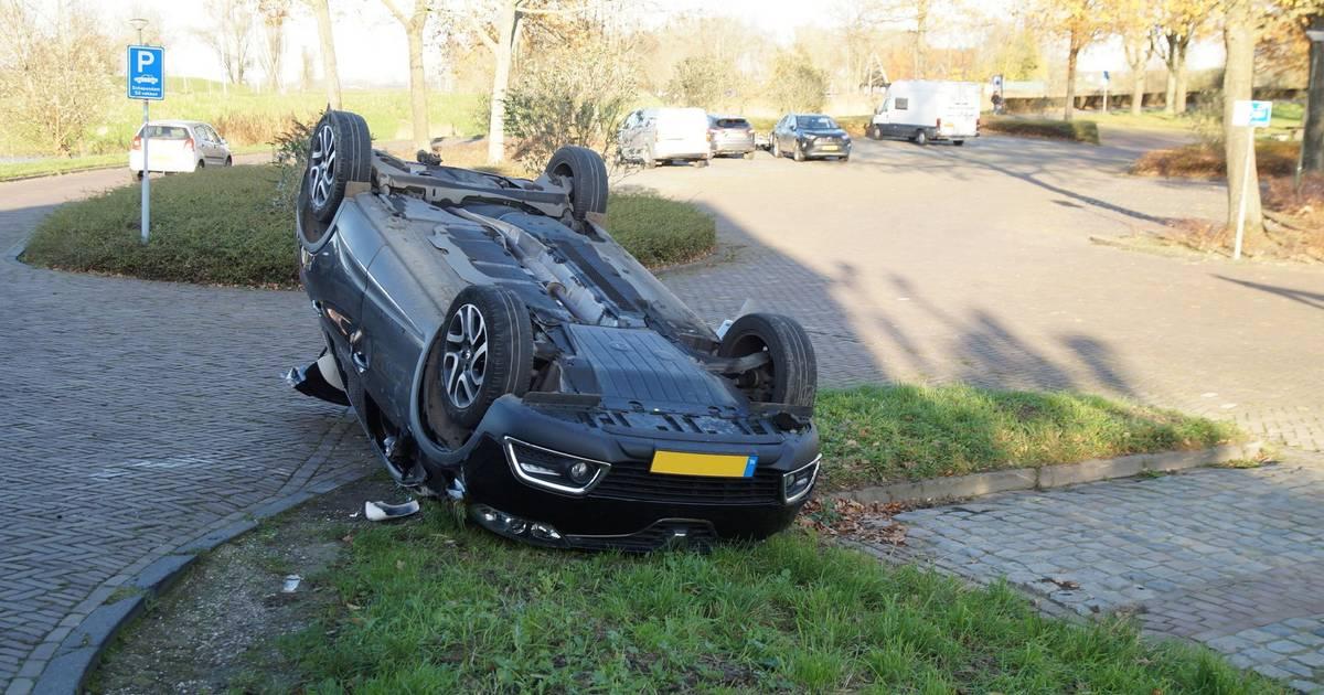 Auto van ouder echtpaar belandt op zijn kop bij ongeluk in Woudrichem.