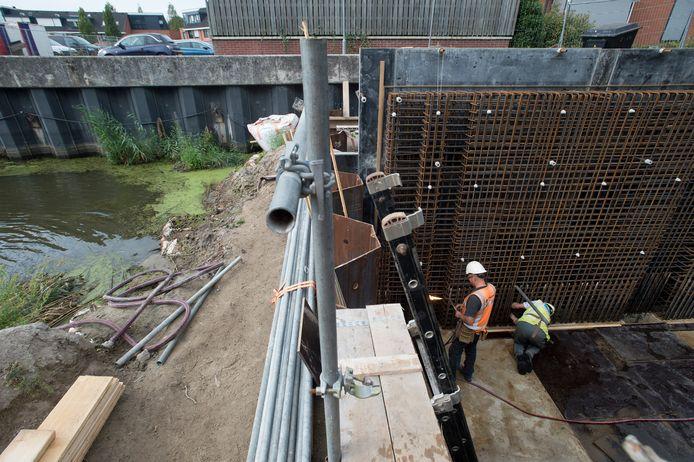 Over een week of tien moet er water door de havenbak stromen. Daar ziet het wel naar uit, want het werk ligt op schema. Hier het einde van de betonnen duiker tussen het Haveneind en de Roode Vaart.