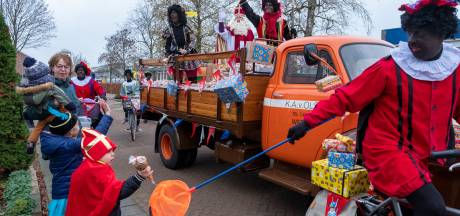 Sinterklaas met afstandspieten langs de deuren in Wezep. Coronaproof heel veel kindjes blij maken...