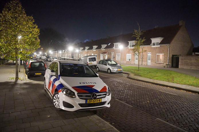 Grote groep schopt en slaat autobestuurder als hij uitstapt in Eindhoven en neemt zijn BMW mee. De politie doet onderzoek.