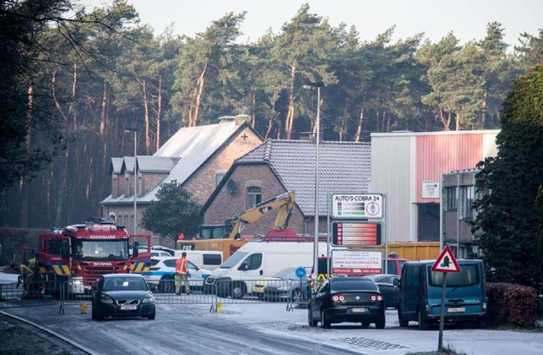 Drukte rondom de garage in Eksel waar januari vorig jaar drie doden zijn gevonden