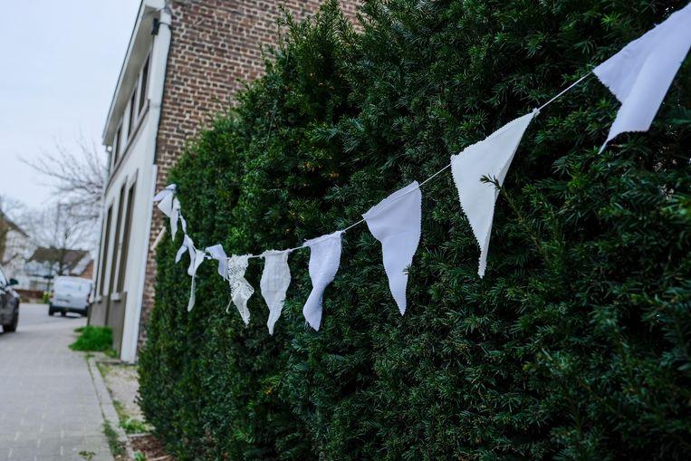 Ook met witte linten denken de bewoners van de Vanheylenstraat aan de zorgkundigen.