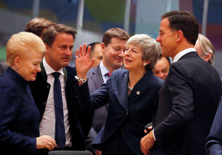 Theresa May in gesprek met premier Mark Rutte en de Litouwse president Dalia Grybauskaite tijdens de EU-top in Brussel Beeld AP