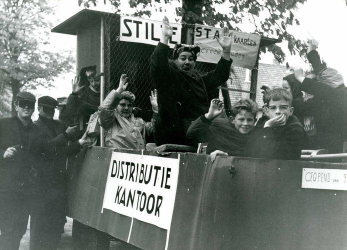 Tijdens de 20ste herdenking van de bevrijding vond er op 5 mei 1965 in Oostvoorne een optocht plaats. Te zien is hier op de Burgemeester Letteweg hoe een distributiekantoor werd uitgebeeld.