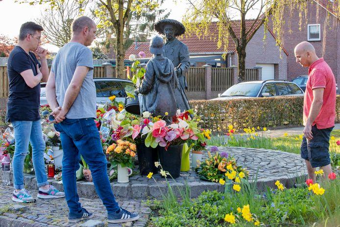 Vrienden van Guus hebben een krans gelegd bij een standbeeld waarvoor hij ooit model stond.