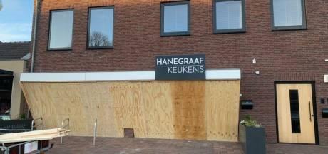 Heesche winkeliers timmeren ramen dicht uit angst voor rellen