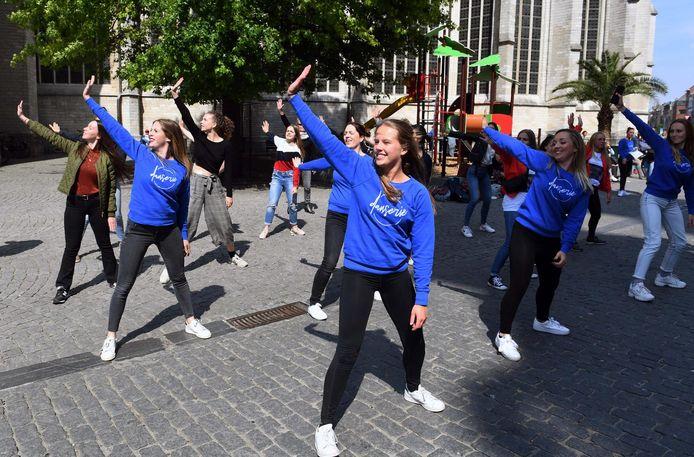 De leden van Danserie organiseerden in het verleden ook al eens een flashmob op de Grote Markt. Door de coronamaatregelen lanceren ze nu een project met video's die coronaproof worden opgenomen.