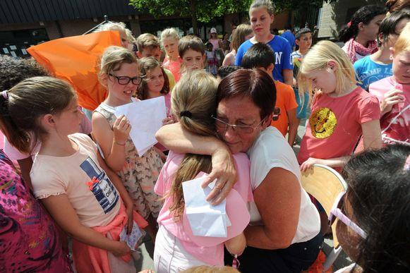 Toezichthouder Roos Van Willaar (65) geeft de leerlingen een laatste knuffel.