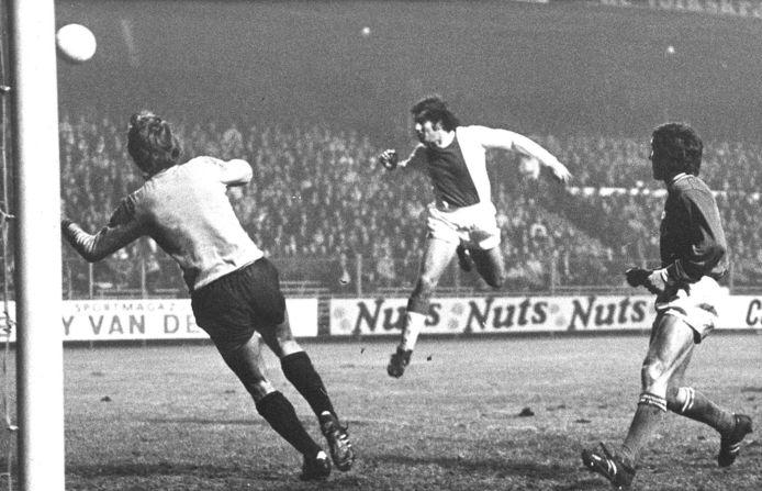Sjaak Swart scoort hier koppend voor Ajax tegen Go Ahead Eagles. Links doelman Nico van Zoghel.