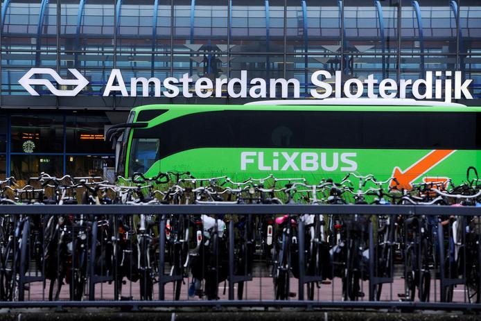 Luxe intercitybus van het Duitse busbedrijf Flixbus bij station Amsterdam Sloterdijk.