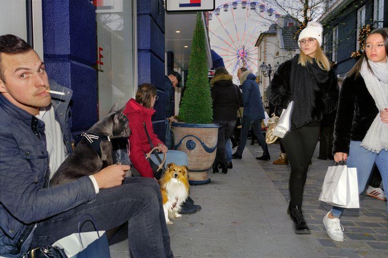 Opvallend veel mensen nemen hun hond mee naar Roermond. Beeld Otto Snoek
