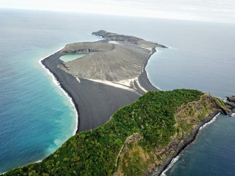 Tussen de twee eilanden van Tonga steeg plots een nieuw stukje land op.