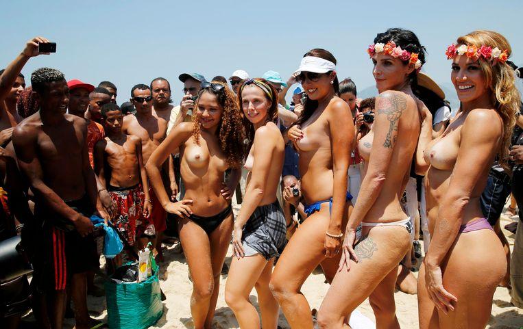 """Topless vrouwen voeren protest""""Make topless, not war"""" op het strand van Ipanema in Rio de Janeiro."""