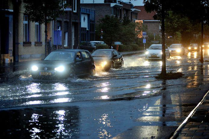 Wat er kan gebeuren als de riolering niet in orde is, bleek in juli 2011 in de Boulevard in Roosendaal.