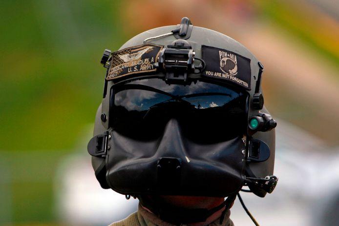 Een Amerikaanse Blackhawk-helikopter, die helpt bij transport in Puerto Rico, wordt weerspiegeld in de helm van een bemanningslid. Foto Ricardo Arduengo/afp