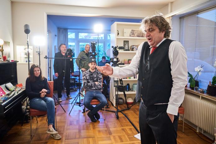 Frank Lammers kroop zondag in de huid van Karl Marx. De tourneevoorstelling Marx van Het Zuidelijk Toneel, waarin de acteur de hoofdrol zou spelen, kon zondagavond ondanks het coronavirus toch doorgaan via een livestream.