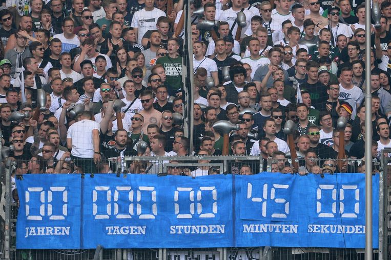 De fans van Borussia Mönchengladbach hadden hun eigen klok mee en telden af tijdens de wedstrijd.