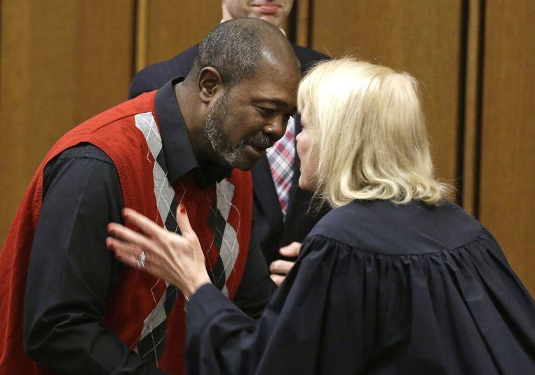 Rechter Pamela Barker komt van haar plaats om Ajamu te feliciteren met zijn vrijspraak. Beeld ap