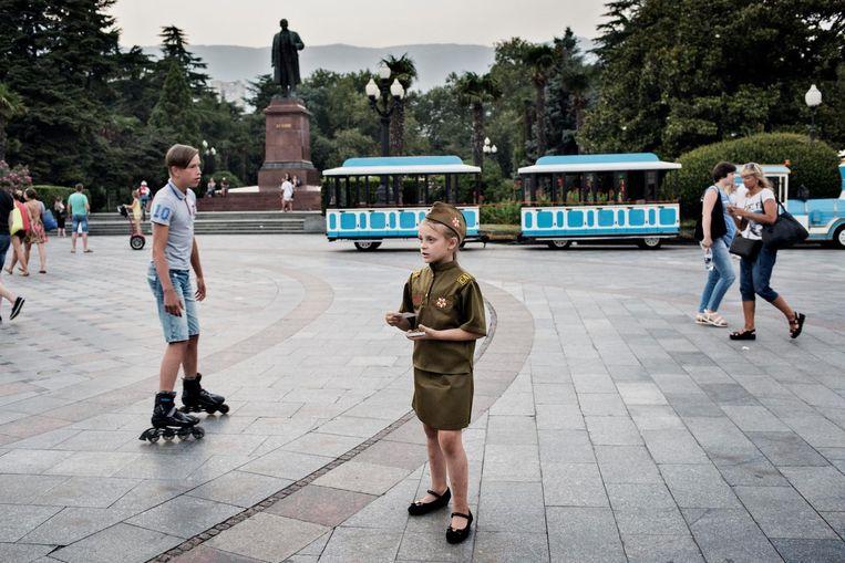 De 7-jarige Masja deelt folders uit over een nieuw 'pattriottisch sportterrein'bij Sebastopol. Beeld Yuri Kozyrev/ Noor