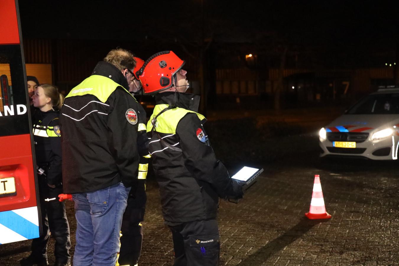 Met behulp van het drone-team van de brandweer wordt er gezocht naar een drugslab in Waalwijk.