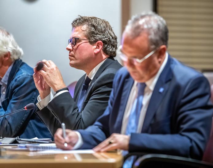 Wethouders René de Heer (achter) en William Dogger hebben zich maandagavond in een stevig en lang raadsdebat verantwoord voor een illegaal trouwfeest in een natuurgebied bij Zwolle.