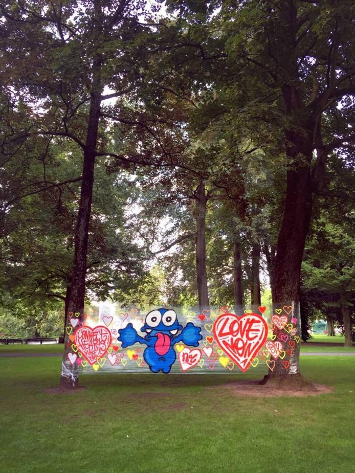 'Connect hearts, make a start', het vrolijke 'Love Now!' doek, dat de Bredase kunstenaar Toshy (Maarten Walraven) dinsdag in het Valkenberg hing. foto's Toshy