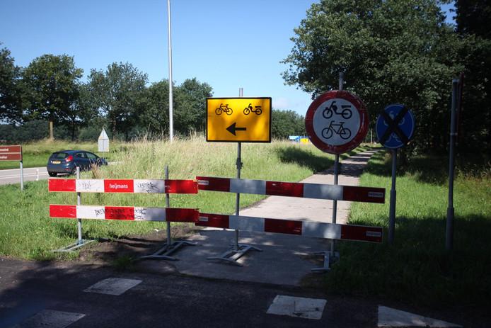 Om te voorkomen dat de oversteek tóch gebruikt wordt, is het fietspad afgesloten