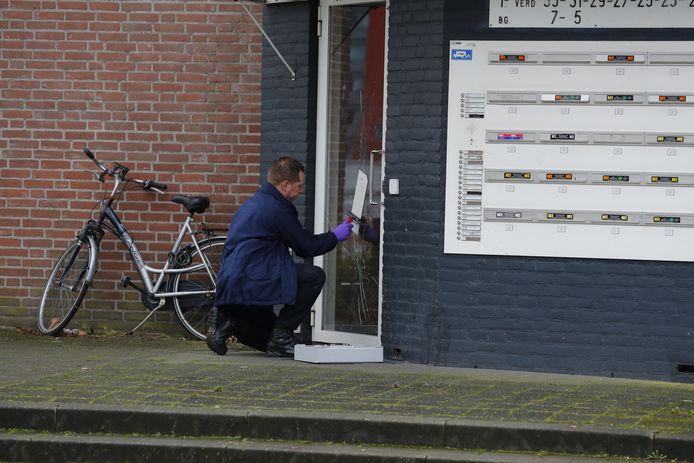 Zwaargewonde man gevonden op de Generaal Reyndersweg. Politie doet onderzoek.