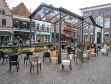 Plein in Nijverdal vol met lege stoelen voor verkeersslachtoffers