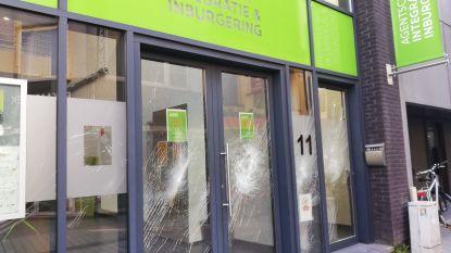 Agressieveling in cel na stuk slaan ruiten Welzijnshuis Roeselare én Agentschap Integratie en Inburgering Kortrijk