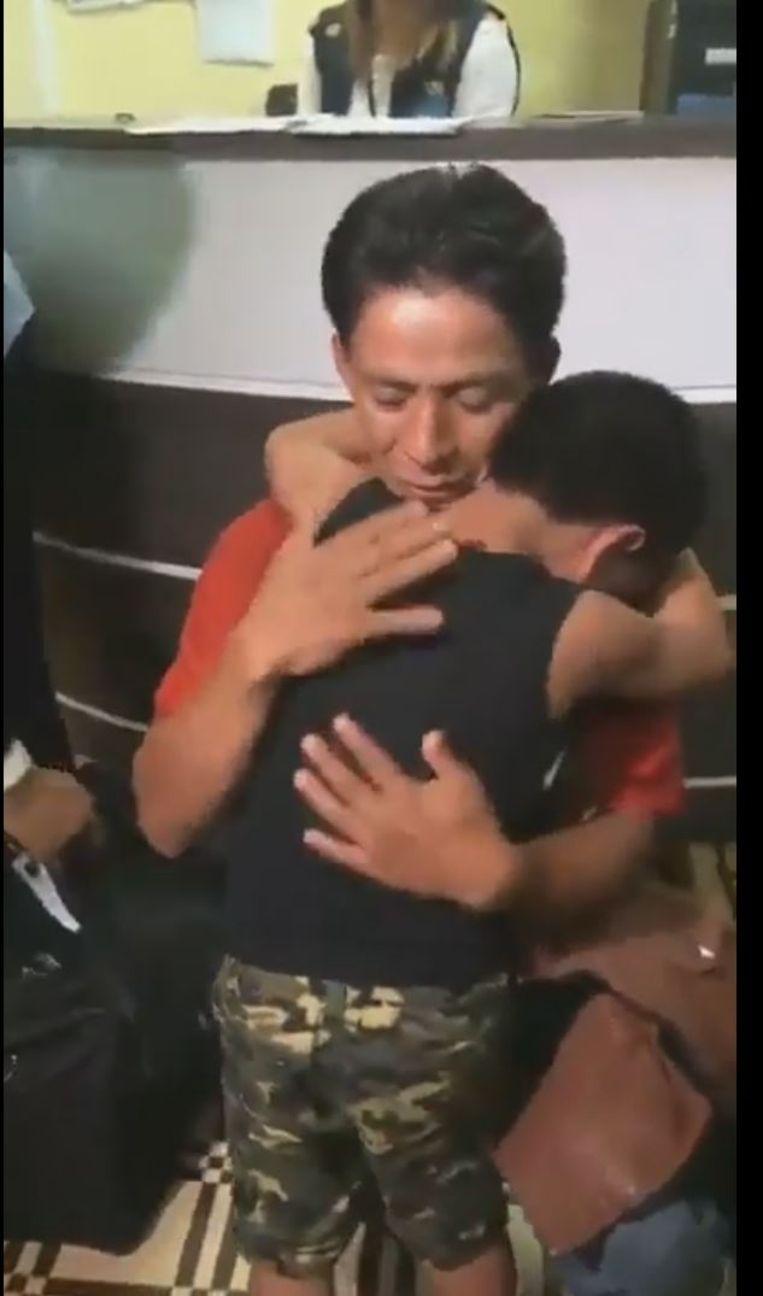 Still uit het filmpje waarin de 8-jarige Franklin uit Guatemala wordt herenigd met zijn vader. Beeld