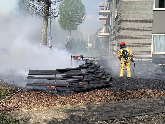 Bankjes in brand gevlogen in de Frankrijkstraat.
