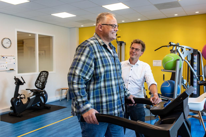 Michiel van der Hulst (links) komt op krachten onder leiding van fysiotherapeut Frank Mulder.  Beeld Nosh Neneh