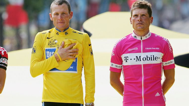 Ullrich moest op het podium telkens zijn meerdere erkennen in Armstrong. Beeld Getty Images