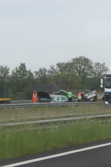 Auto over de kop na botsing A50 bij Beekbergen, vertraging rondom Apeldoorn