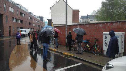"""In gietende regen wachten op voedselbon: corona treft kwetsbare Gentenaars: """"In vijf weken van 250 naar 500 bonnen"""""""