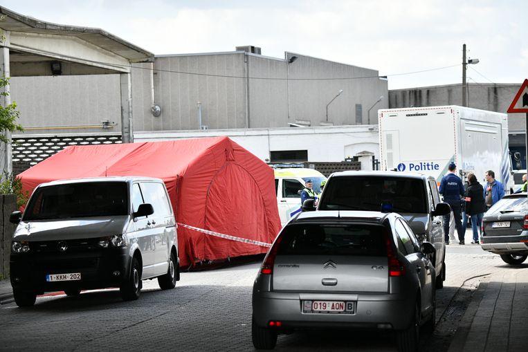 De politie heeft de Carettestraat in Merksem nabij het Albertkanaal afgezet voor nader onderzoek.