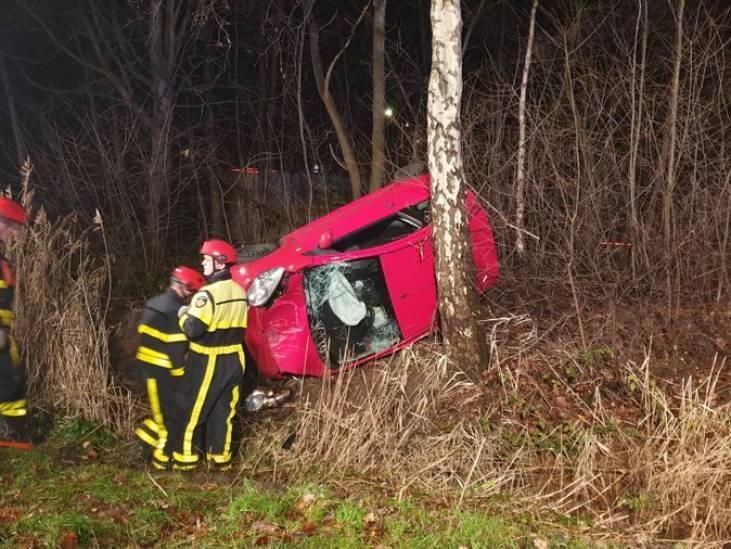 Auto vliegt uit de bocht op A4 bij Bergen op Zoom, persoon lichtgewond