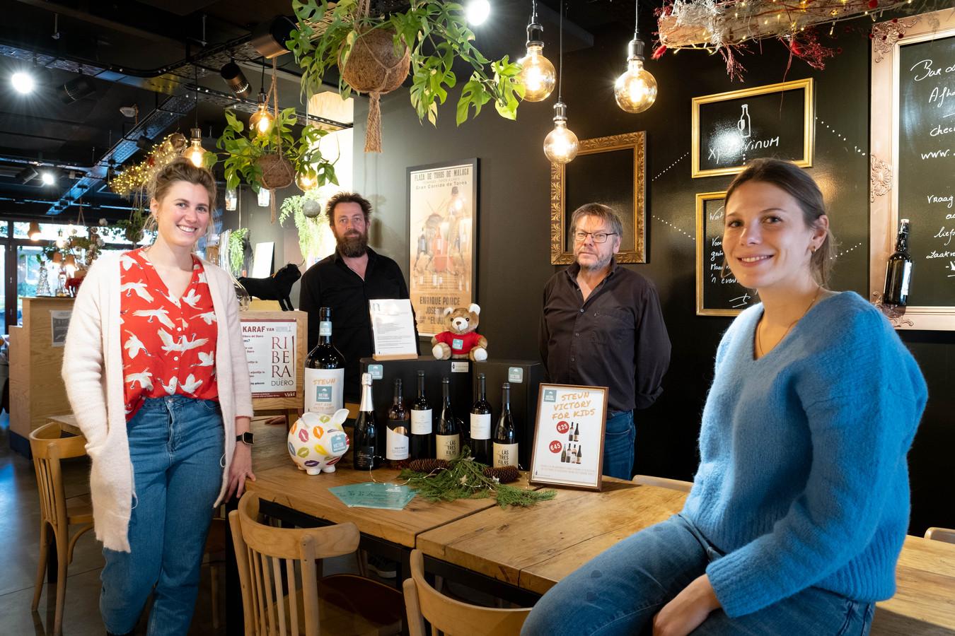 LEEST Marc en Ines Keulemans van VICTORy FOR KIDS en Wim en Hanne Dons van Xpertvinum verkopen wijn ten voordele van kansarme kinderen