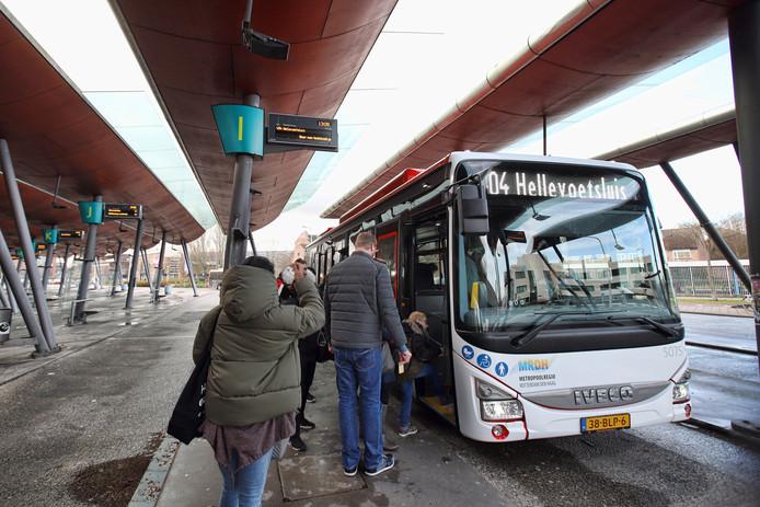 Een EBS-bus op busstation Metro Centrum Spijkenisse.