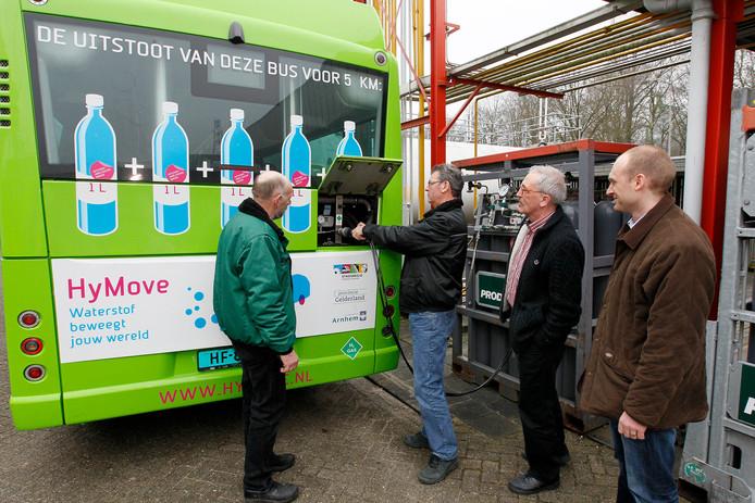 Een bus tankt waterstof. Foto ter illustratie