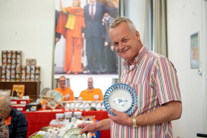 Albert Wierenga op de Oranjebeurs met bezoekers die helemaal gek zijn op ons koningshuis.