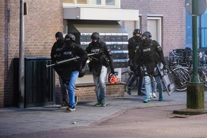 Een van de arrestatieteams nadert een woning. Foto: Lars Smook