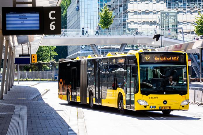 Een bus van U-OV op Utrecht Centraal, waar vanwege de goede bezetting bussen wel continu blijven rijden.